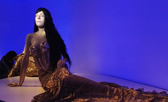 Perlenkleid in der Gaultier Ausstellung