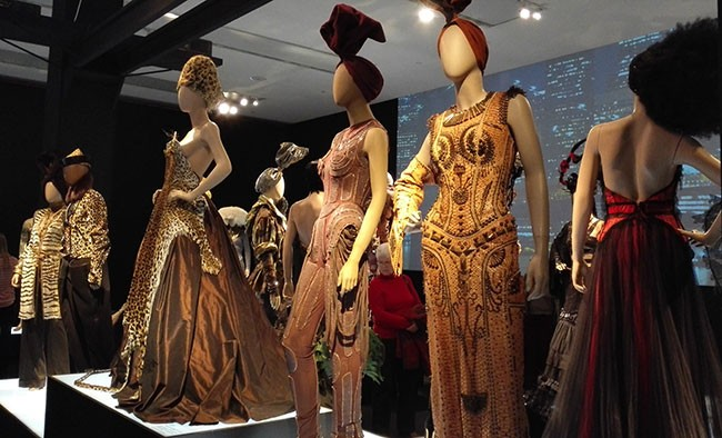 Gaultier Ausstellung mit Laufsteg Inszenierung der Kleider
